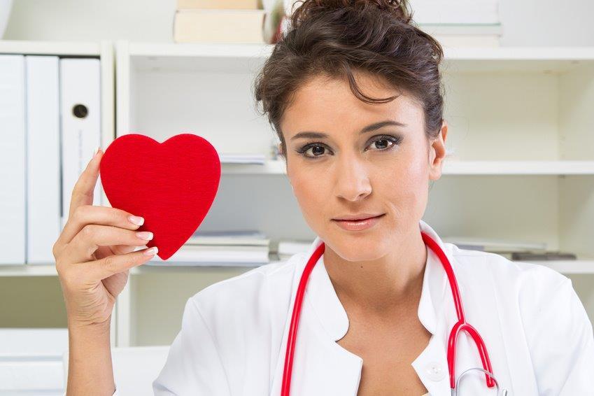 Lekarka trzymająca filcowe serce w ręku. Dietoterapia.