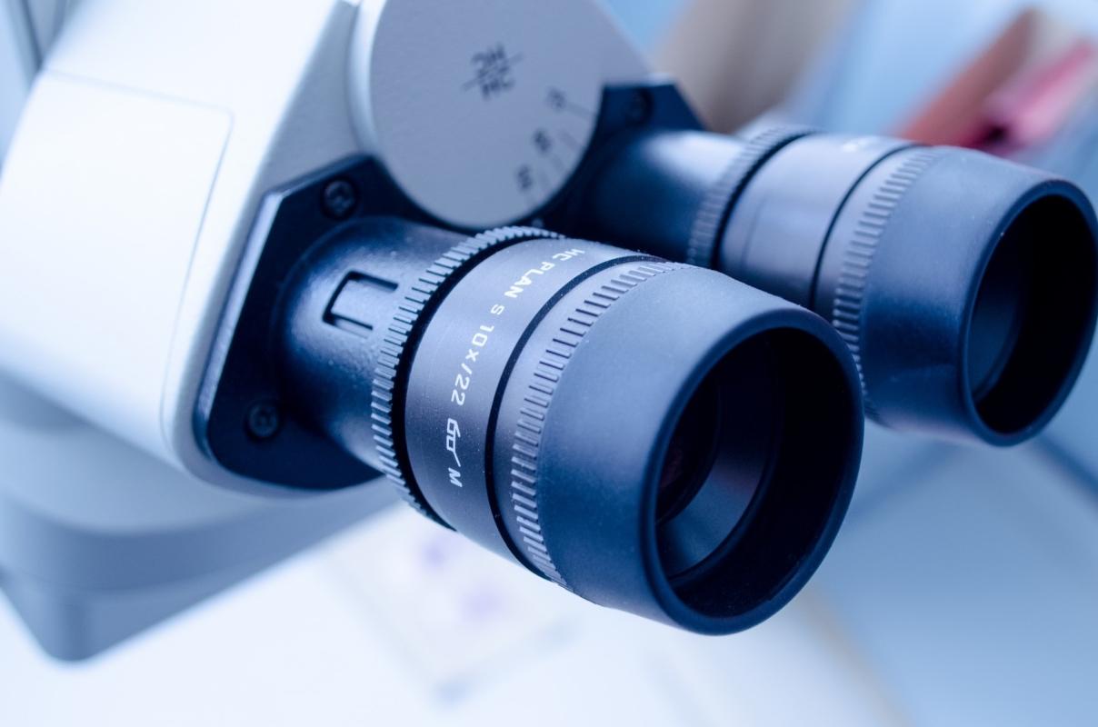 Zbliżenie na okulary mikroskopu.