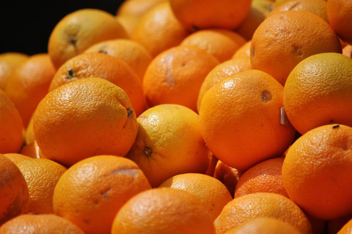 Zbliżenia na dużą ilość pomarańczy.