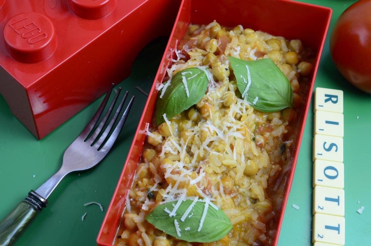 Risotto z pomidorami, ciecierzycą i bazylią w czerwonym lunchboxie w kształcie klocka LEGO.