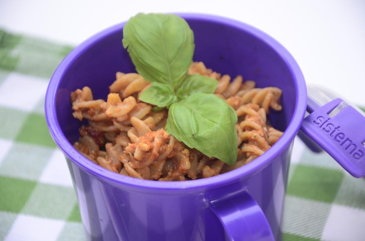 Makaron z czerwonym pesto w lunchboxie na wynos.