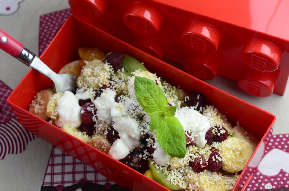 Sałatka owocowa z amarantusem i miętą, spakowana do czerwonego lunchboxa