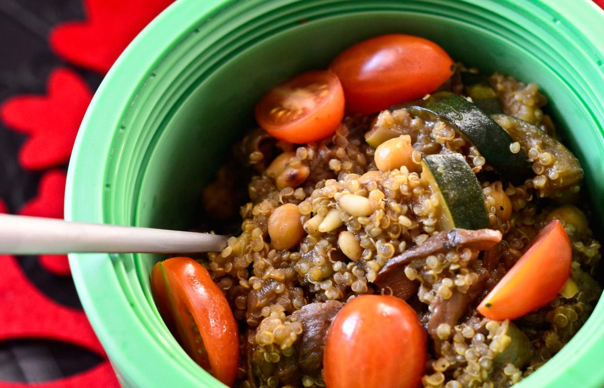 Komosa ryżowa z cukinią i pomidorkami koktajlowymi. Danie spakowane w lunchboxie.