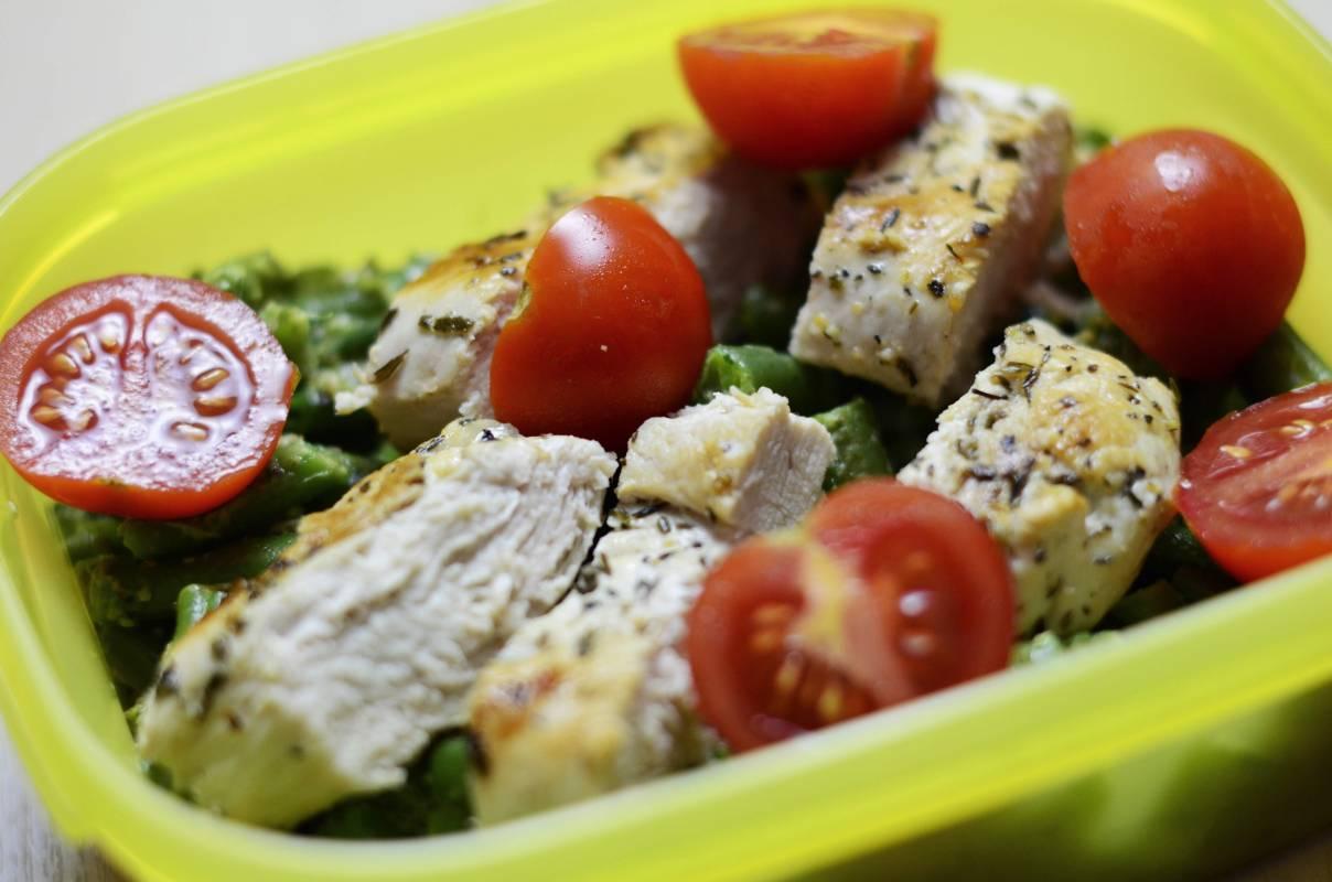 Kurczak grillowany z pomidorkami koktajlowymi i fasolką szparagową. Danie spakowane do lunchboxa