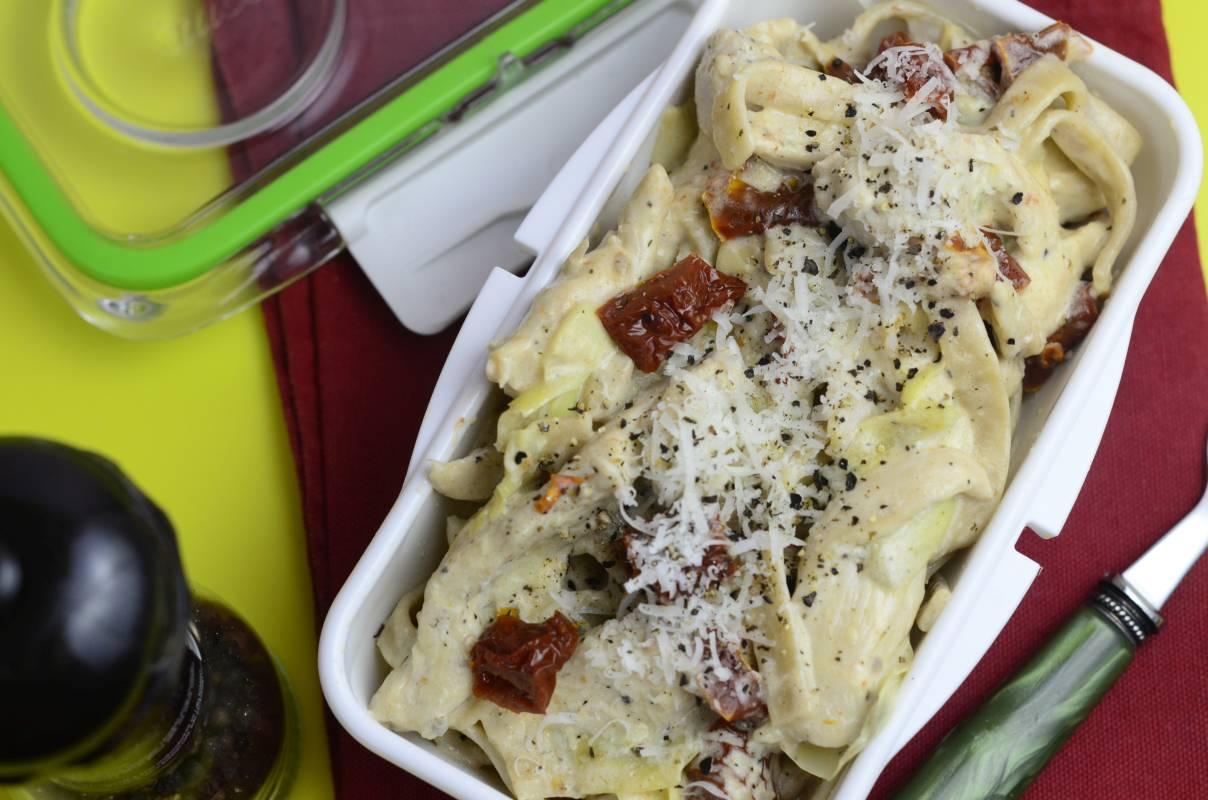 Makaron z karczochami, kurczakiem i suszonymi pomidorami. Danie spakowane do lunchboxa.