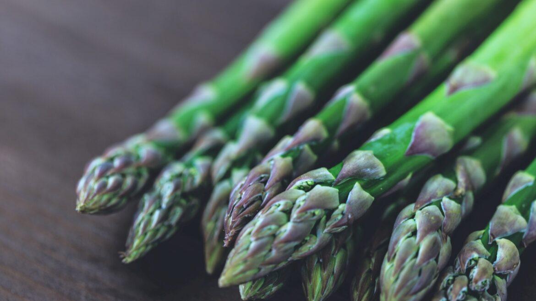 Zielone szparagi na drewnianym blacie