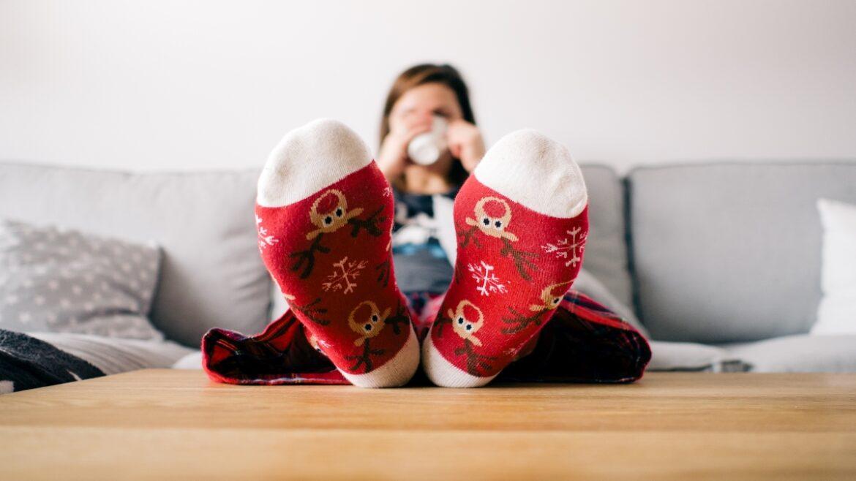 Zbliżenie na świąteczne skarpetki z reniferami na kobiecych sklepach.