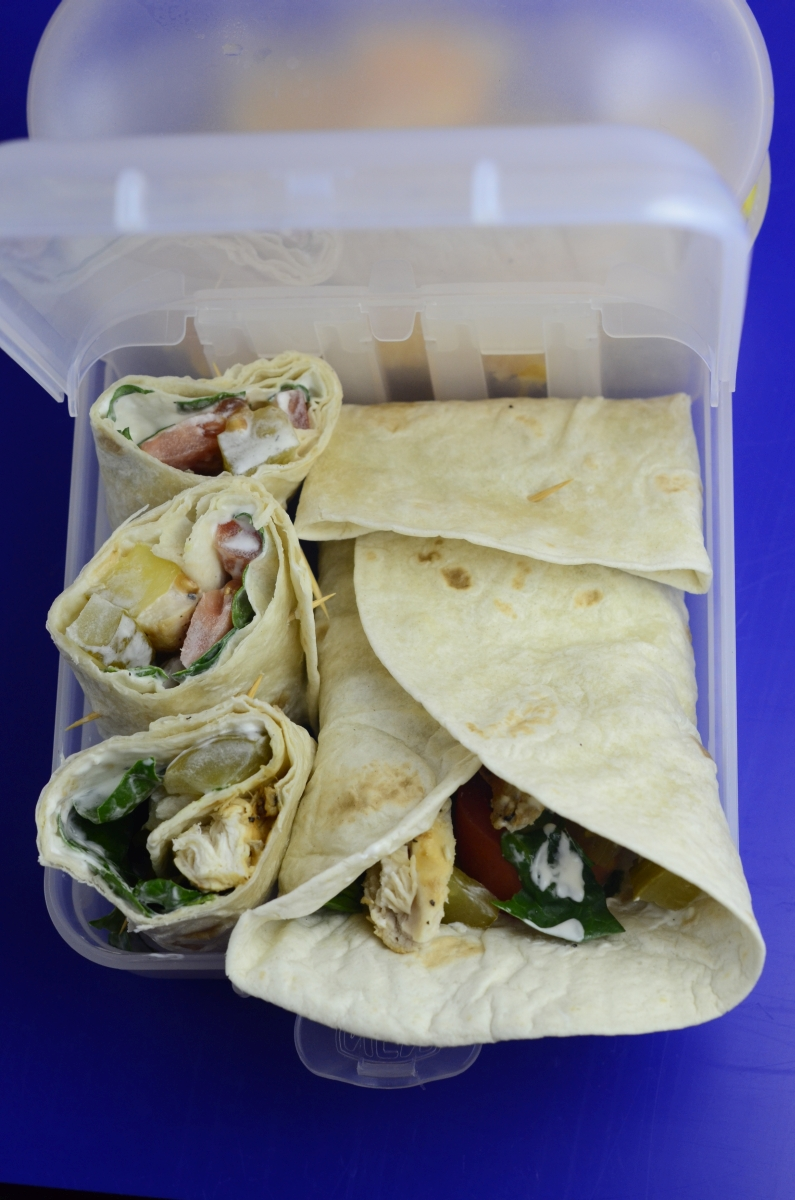Tortilla (wrap) z piersią indyka/kurczaka, świeżym szpinakiem i sosem jogurtowym