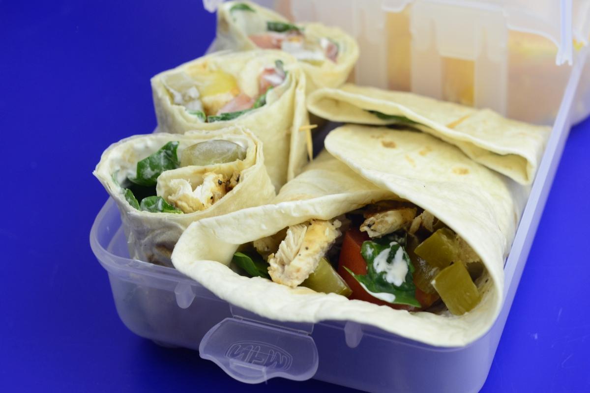 Tortilla z kurczakiem (wrap), świeżym szpinakiem i sosem jogurtowym