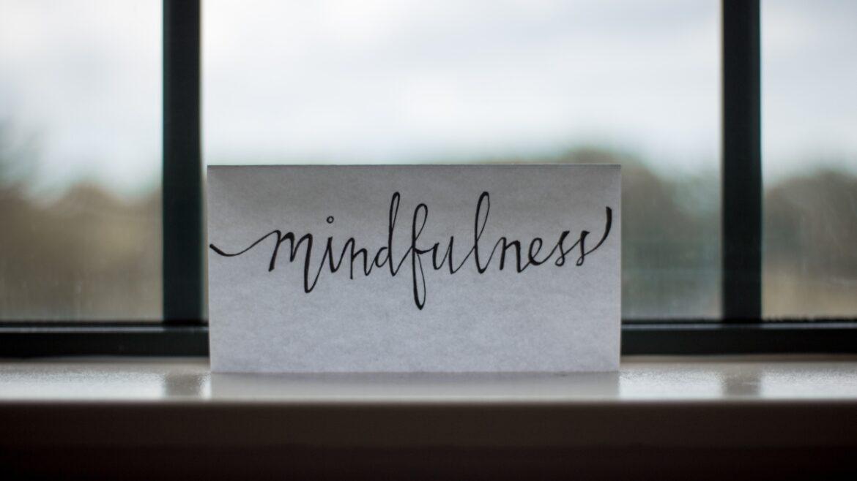 Biała kartka z napisem mindfulness - pozytywna dietetyka