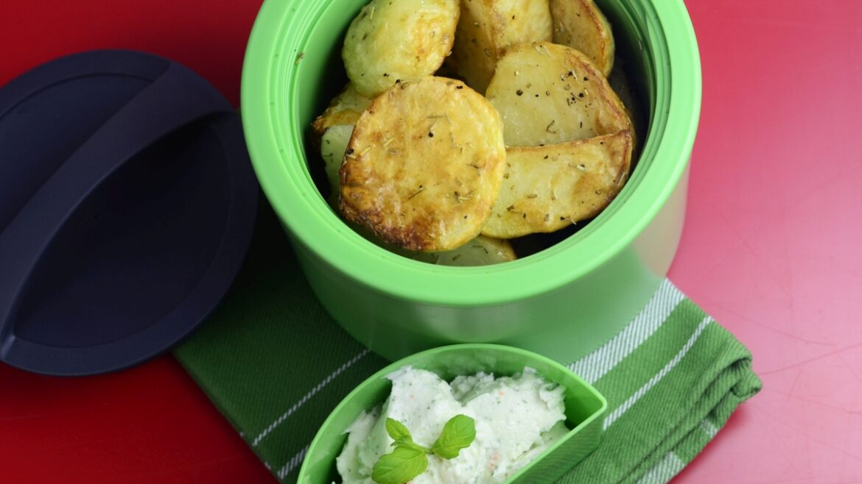 Pieczone ziemniaki z dipem z fety, mięty i chilli. Ziemniaki w lunchboxie