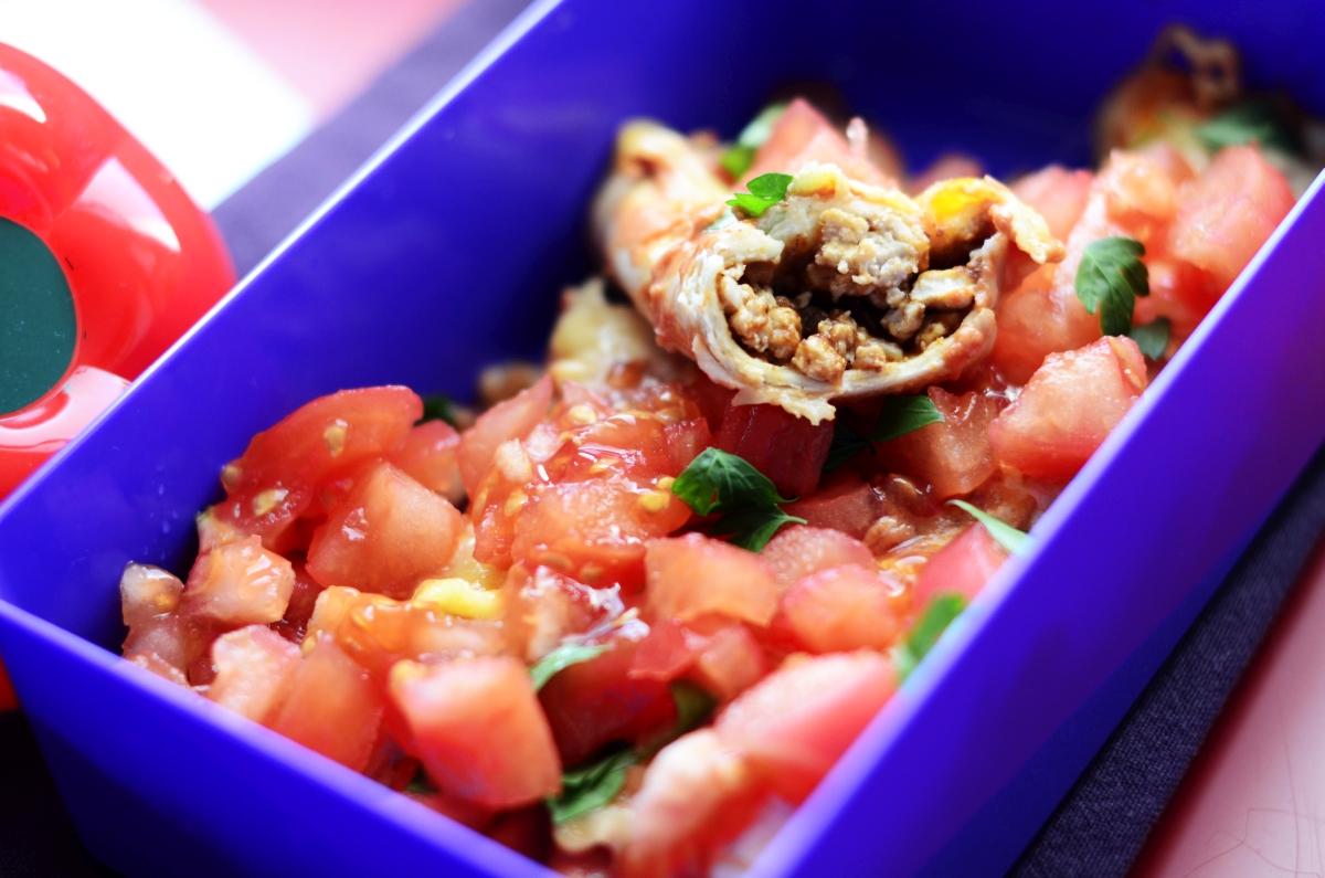 Enchilada z indykiem i sosem pomidorowym w lunchboxie.
