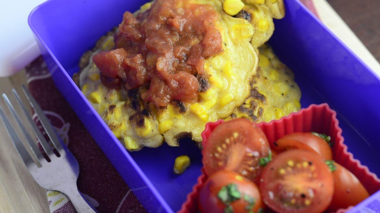 Placki kukurydziane z pomidorami i bazylią w lunchboxie