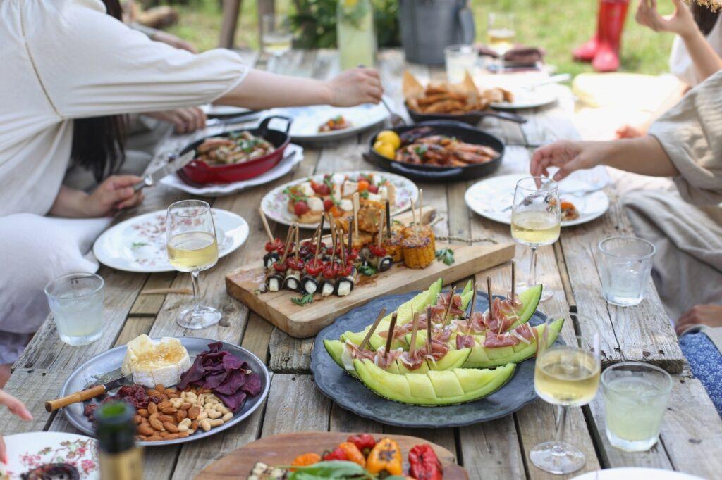Rodzinny piknik. Na drewnianym stole zdrowe, dietetyczne dania.
