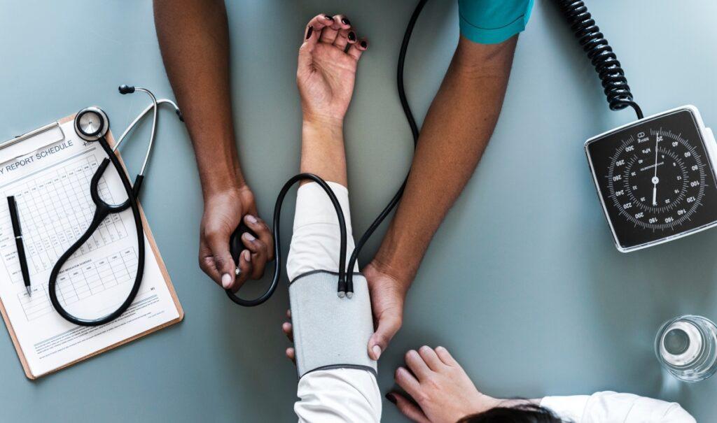 Pomiar ciśnienia krwi. Badanie konieczne przed dietą.