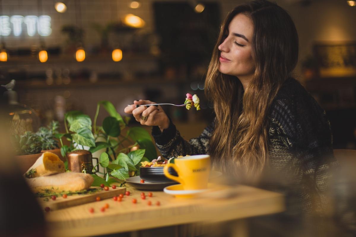 Kobieta je posiłek z apetytem.