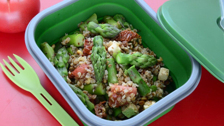 Kasza gryczana ze szparagami w lunchboxie
