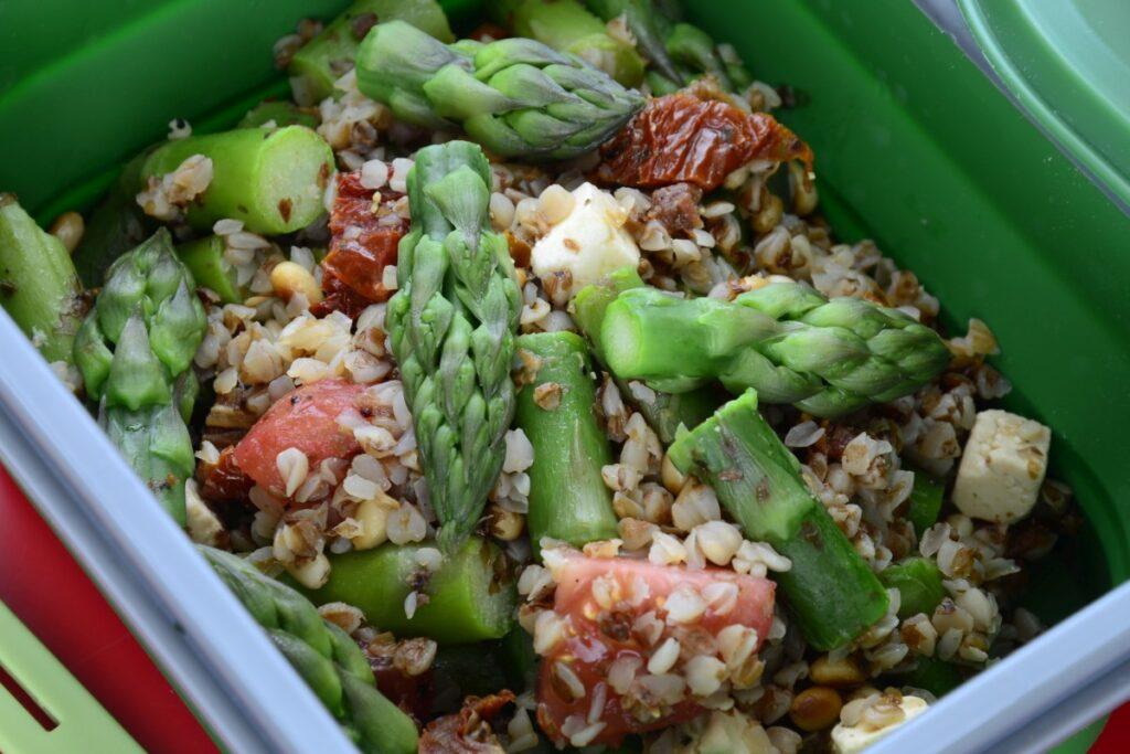 Obiad ze szparagami - kasza gryczana + szparagi + pomidory + feta
