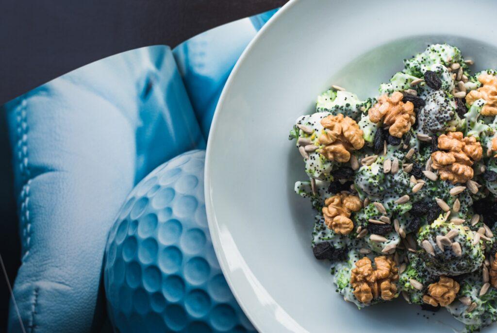 Dietetyczna kolacja - sałatka z brokułami i orzechami włoskimi