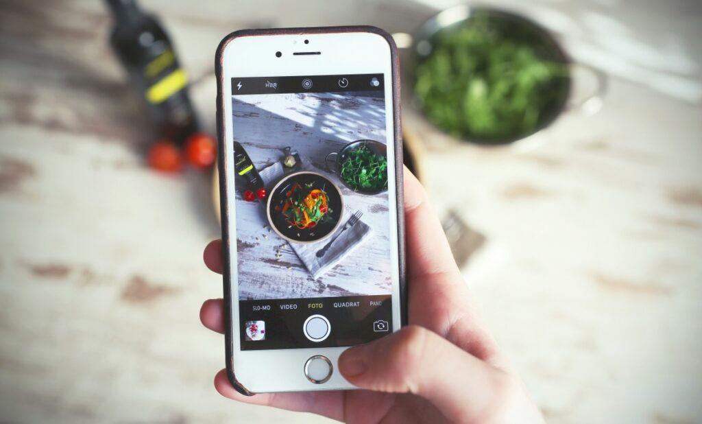 Zdjęcie posiłku na diecie zrobione na komórce potrzebne do aplikacji.